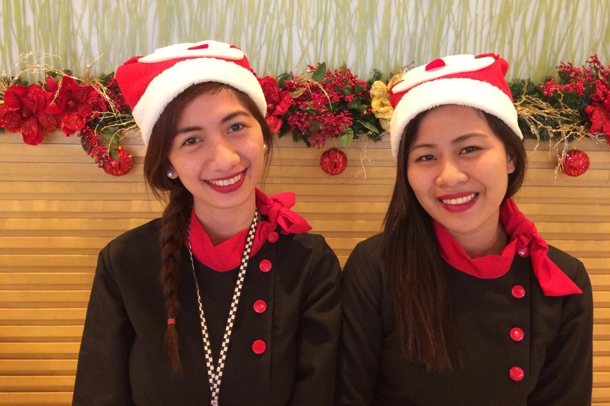 Die netten Rezeptionistinnen in Makati mit ihren Santa-Claus-Mützen
