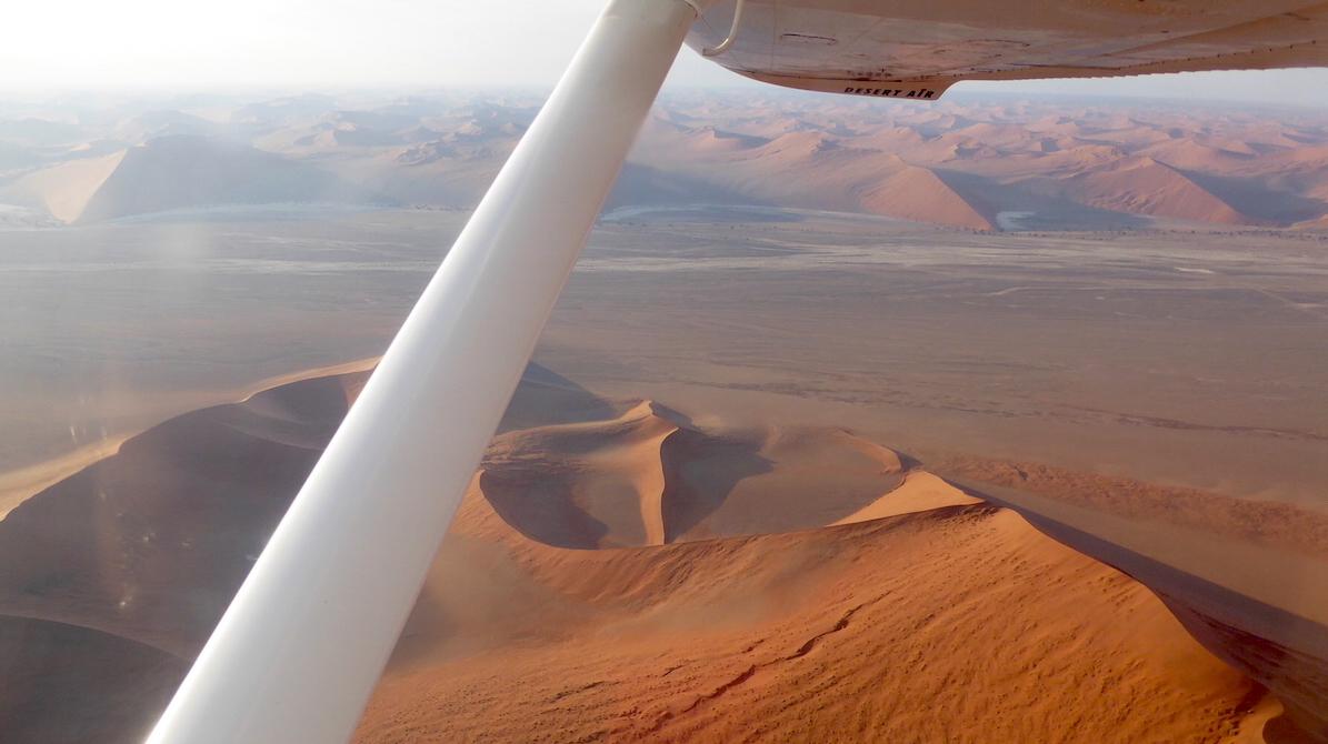 19 Monate auf Weltreise: Flug mit einer Cessna über die Wüste Namib